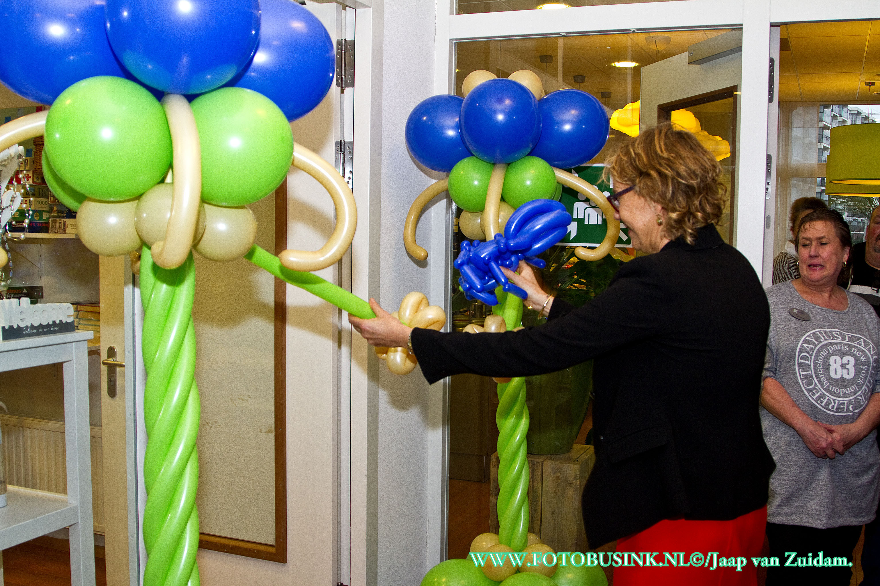 Opening van 't Swinkeltje & Uitbureau in De Lichtkring in Zwijndrecht.