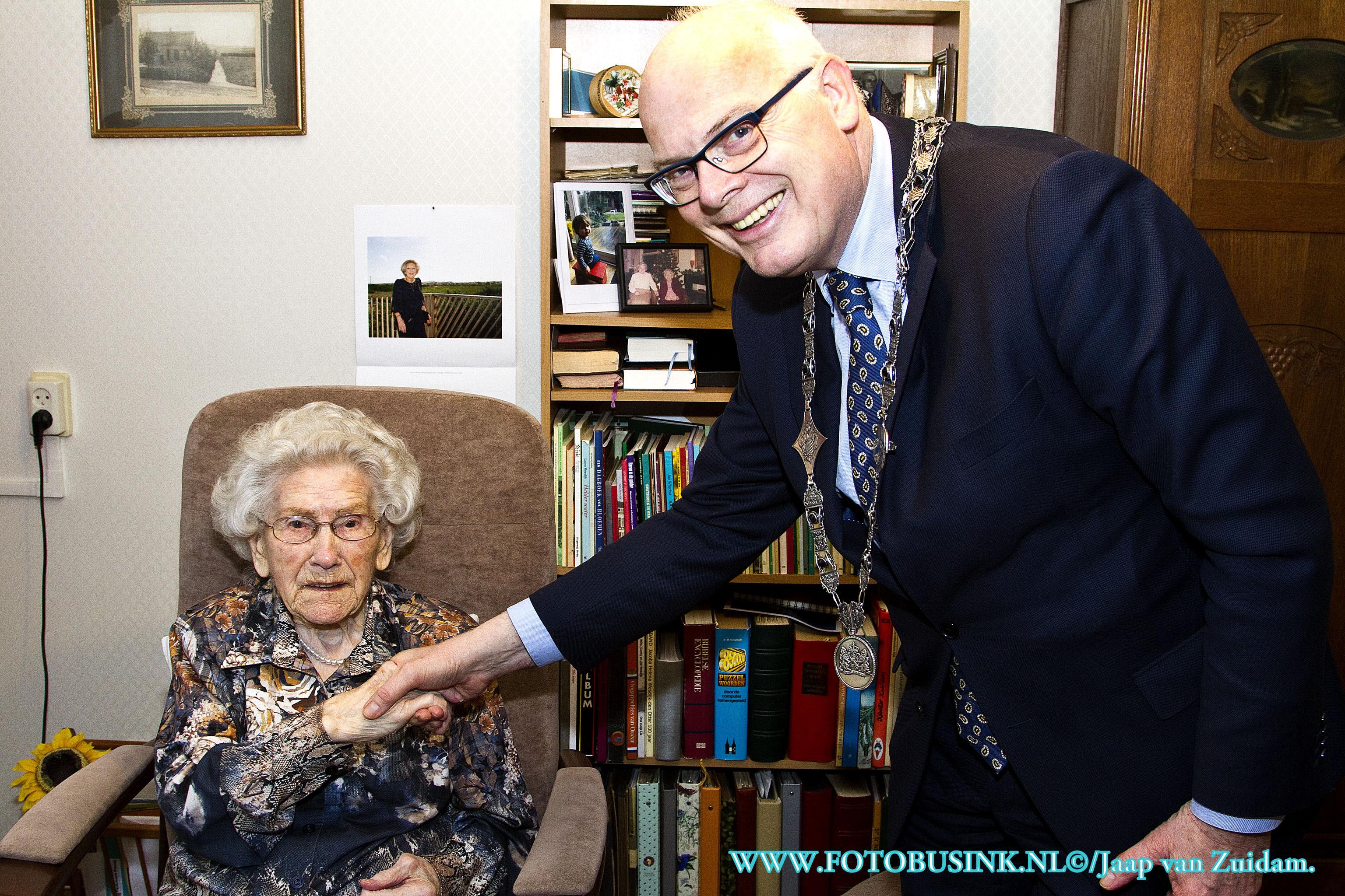 Burgemeester Van Belzen feliciteert oudste inwoner van Barendrecht.
