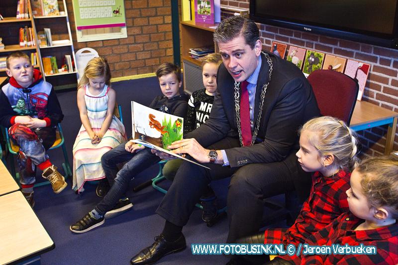 Burgemeester Kolff leest voor aan de leerlingen van Het Kristal in Dordrecht.