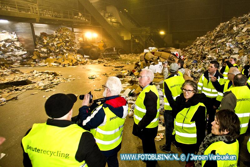 Inwoners van Sliedrecht op excursie bij Peute Papier Recycling in Dordrecht.