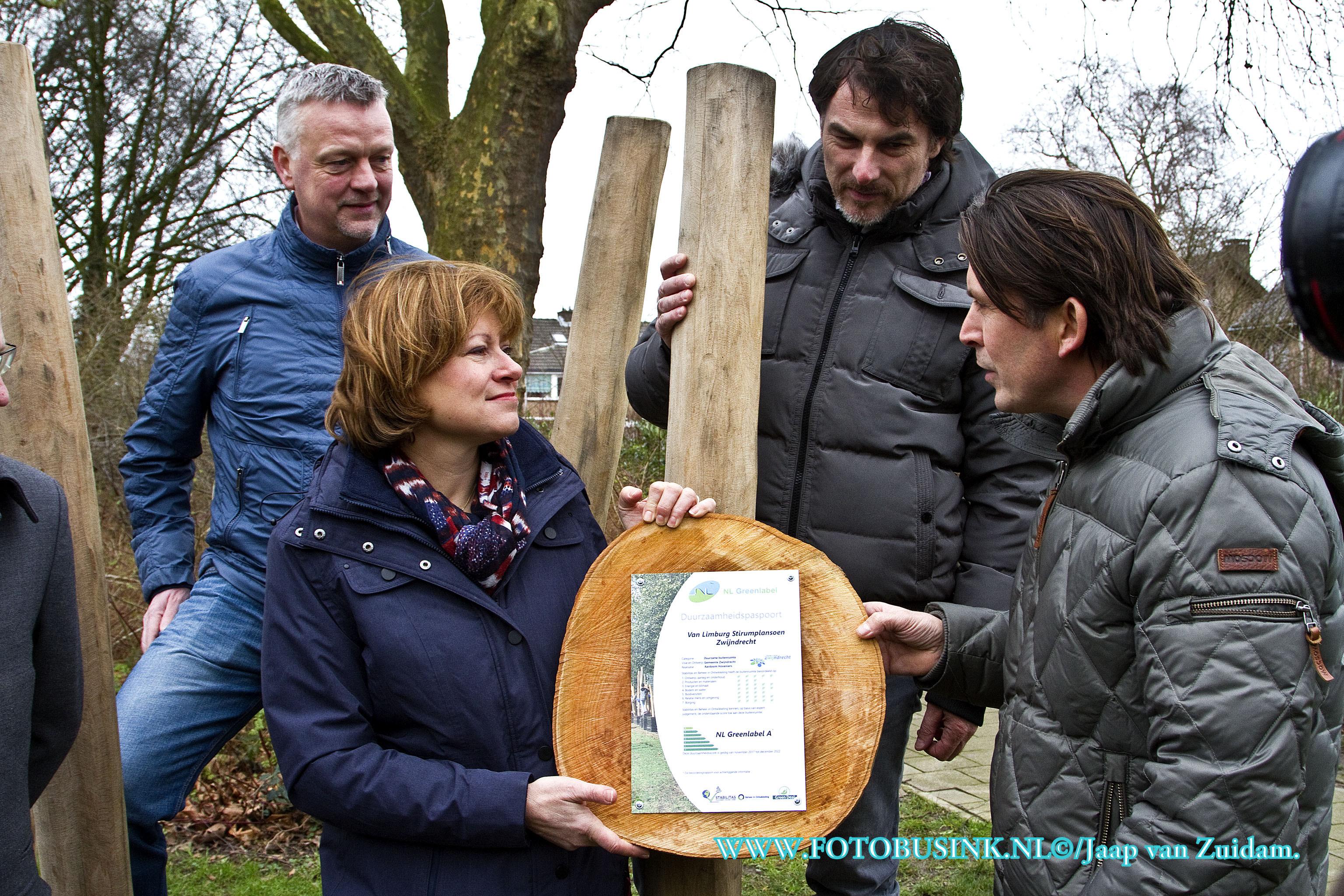 Gemeente Zwijndrecht ontvangt NL Greenlabel A voor speeltuin uit handen van Lodewijk Hoekstra.