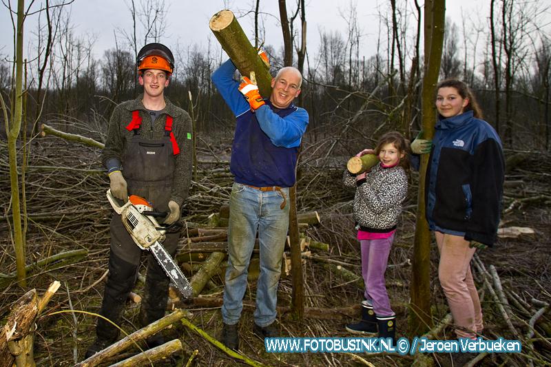 Brandhout sprokkelen in natuurgebied De Elzen in Dordrecht.