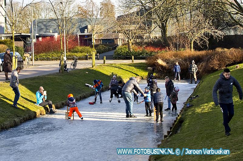 Wat een feest op het ijs voor de kinderen in Sliedrecht.