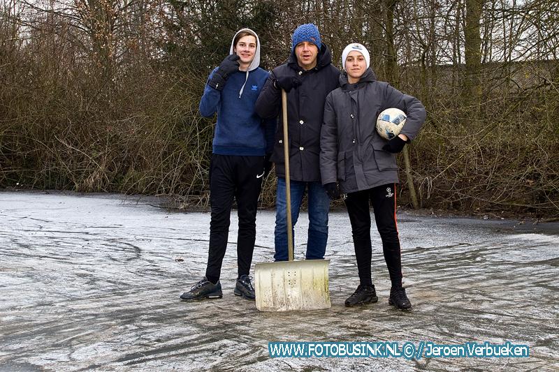 Kinderen hebben veel plezier op het ijs in Dordrecht.