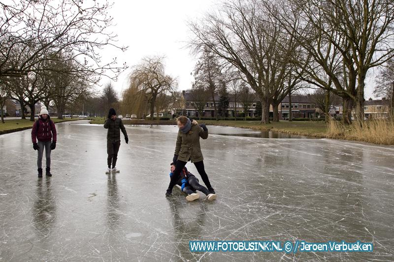 Schaatsplezier voor de kinderen aan de Gravensingel in Dordrecht. Foto's+Video
