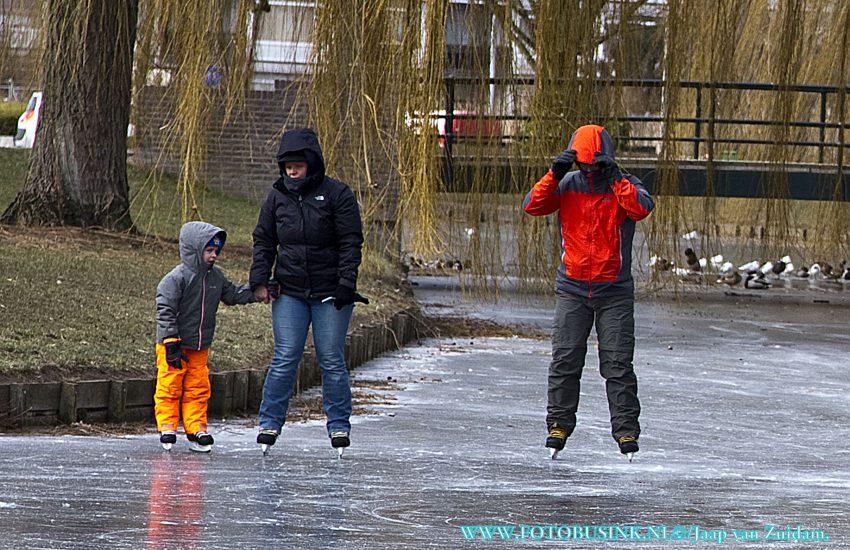 Schaatsen bij het gemeentehuis in Zwijndrecht.