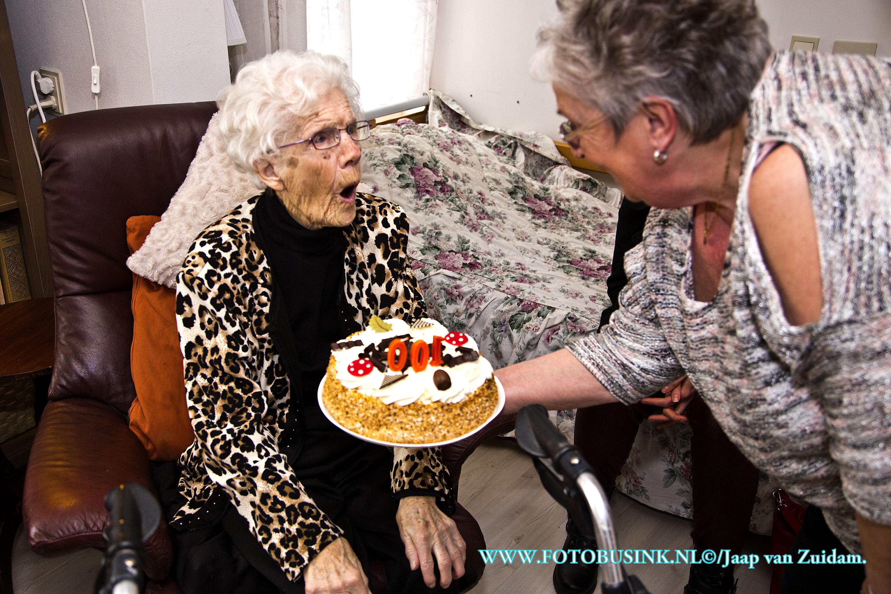 Burgemeester Van Belzen feliciteert mevrouw W. Ligthart-Krijgsman met haar 100 ste verjaardag.