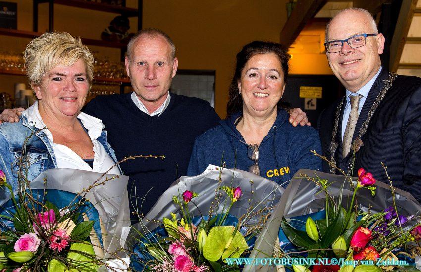 Vrijwilligers ontvangen Barendrechtse Pluim voor organiseren kerstfeest eenzame ouderen.