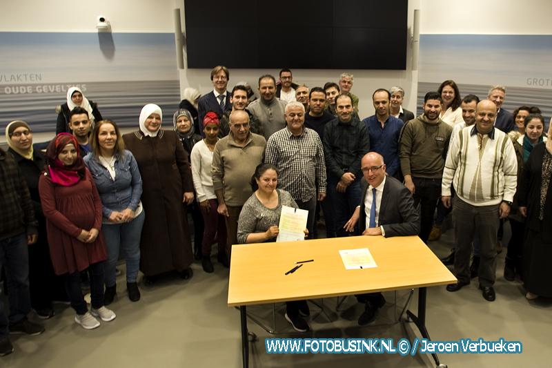 Participanten en statushouders ondertekenen plan van aanpak huisvesting, integratie en participatie in Papendrecht.