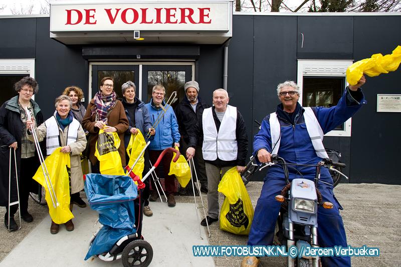 Wethouder Rinette Reynvaan helpt mee met de landelijke opschoondagen in wijk de Staart in Dordrecht. + Video