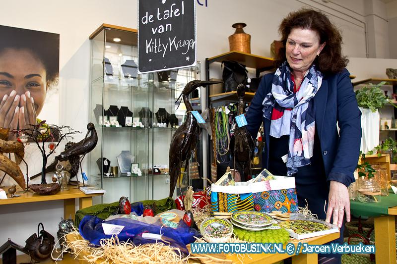 Kitty Kruger maakt tweede wereldtafel in de Wereldwinkel in Dordrecht.
