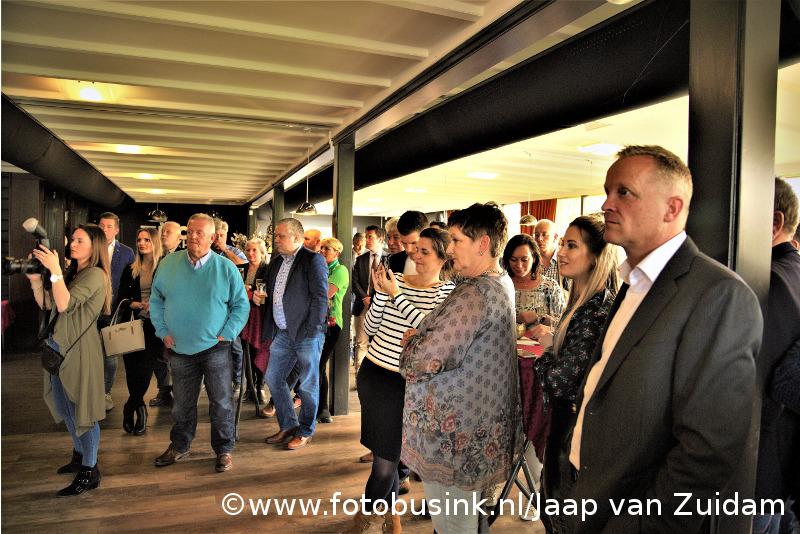 Uitreiking jubileumuitgave DKIB magazine aan burgemeester Kolff