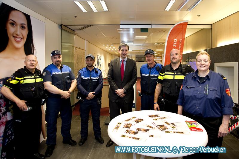 Burgemeester Kolff verricht opening pop-up politiebureau in Wc. Sterrenburg in Dordrecht.