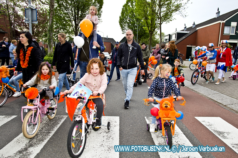 Versierde buggy- en fietsoptocht in de wijk Sterrenburg in Dordrecht.