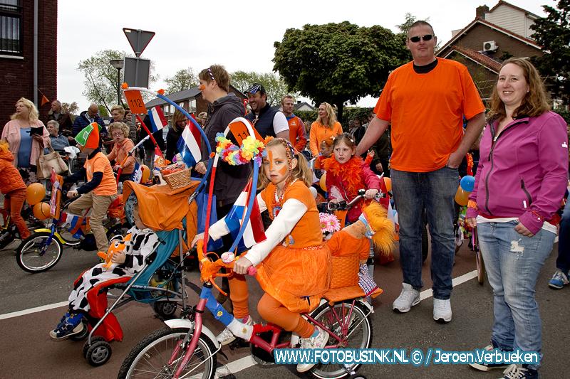 Optocht in Dubbeldam met versierde fietsen, praalwagens, en paard en wagen.+ video