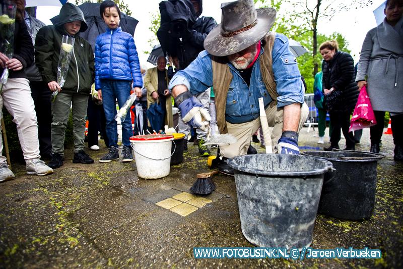 Landelijke media aandacht voor het plaatsen Stolpersteine aan de Da Costastraat in Zwijndrecht.