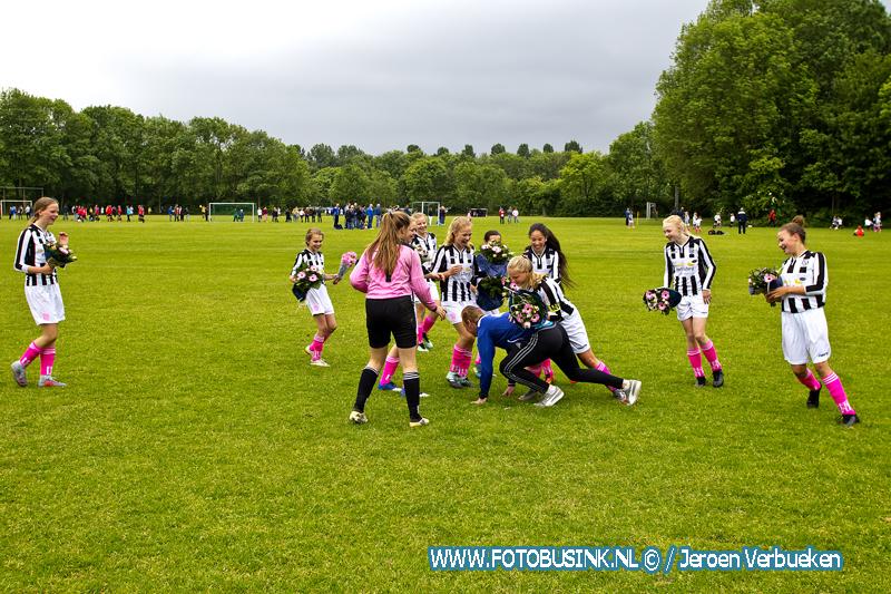 Damesteam MO13-1 van v.v. Dubbeldam winnen kampioenswedstrijd in Dordrecht.