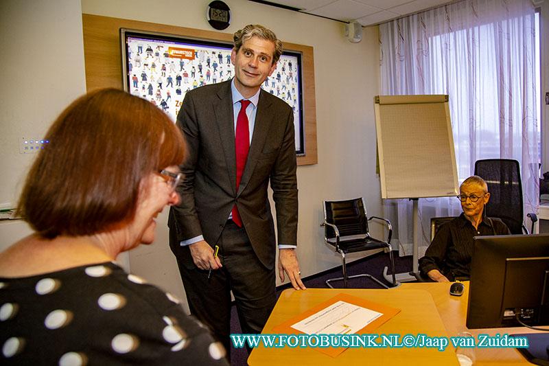 Burgemeester Kolff ondertekent petitie mensenrechten in paspoort
