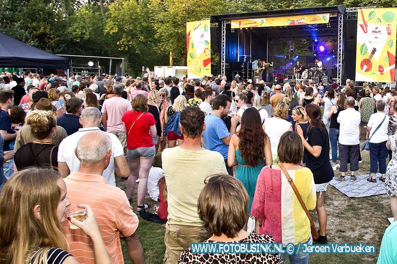 Handsome Poets zorgt voor een gezellige zomeravond tijdens Palm Parkies in het Wantijpark in Dordrecht.