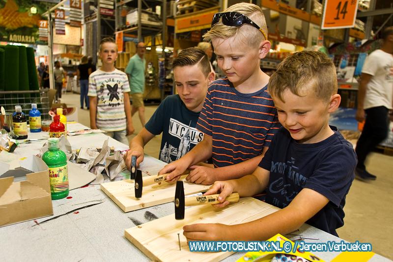 Kinderen bouwen knikkerbaan in de Kinderwerkplaats bij Hornbach in Alblasserdam.