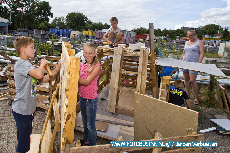 Hutten bouwen op de gemeentewerf in Papendrecht.