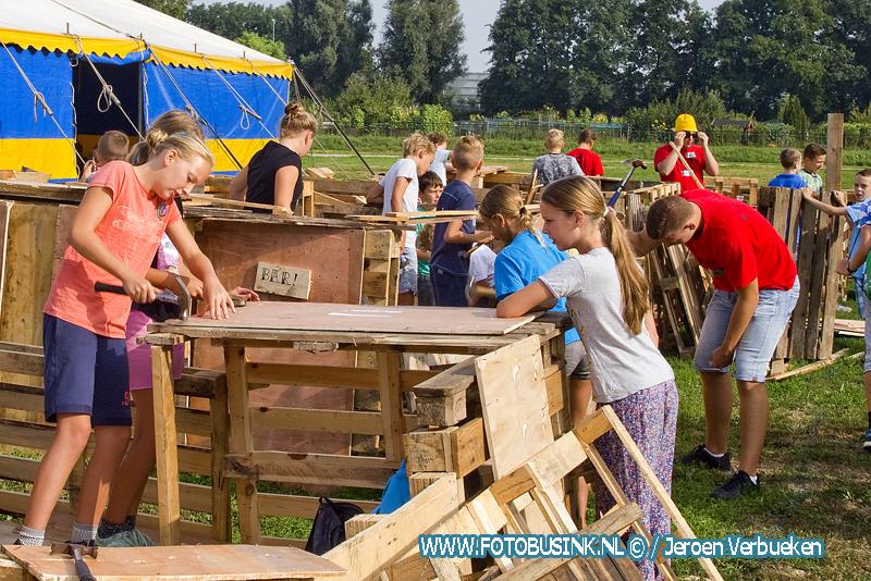 Hutten bouwen op ijsbaanterrein in Sliedrecht.
