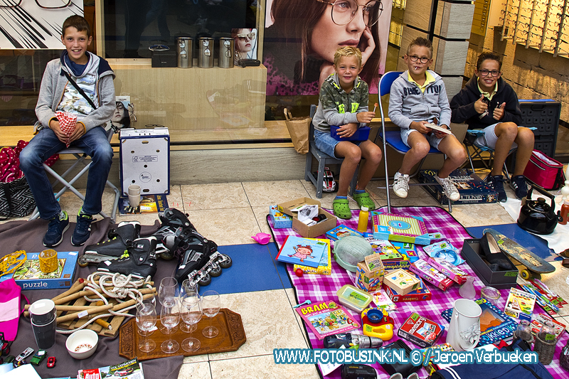 Kinderrommelmarkt in het Makado-center in Alblasserdam.