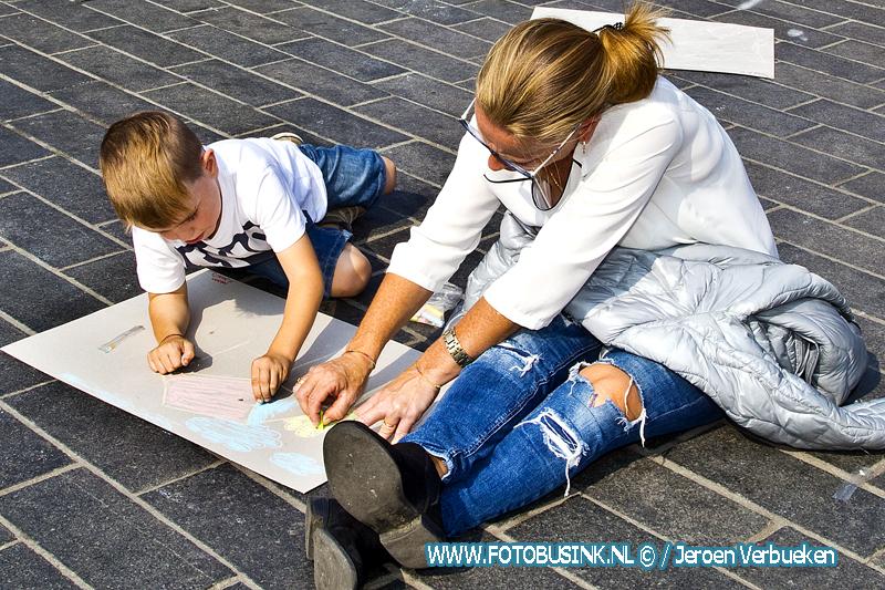 Krijten voor Kinderen op het Statenplein in Dordrecht.