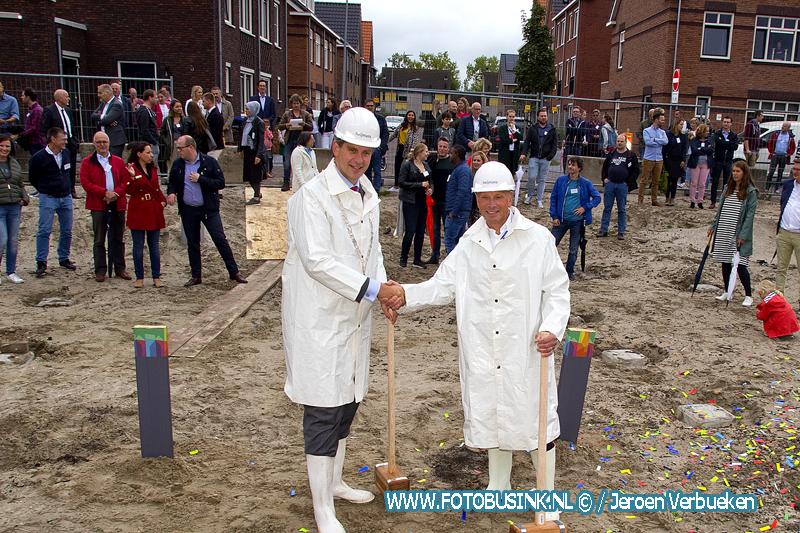 Burgemeester A.W. Kolff van Dordrecht slaat symbolische de eerste paal Valkshorst fase 2.