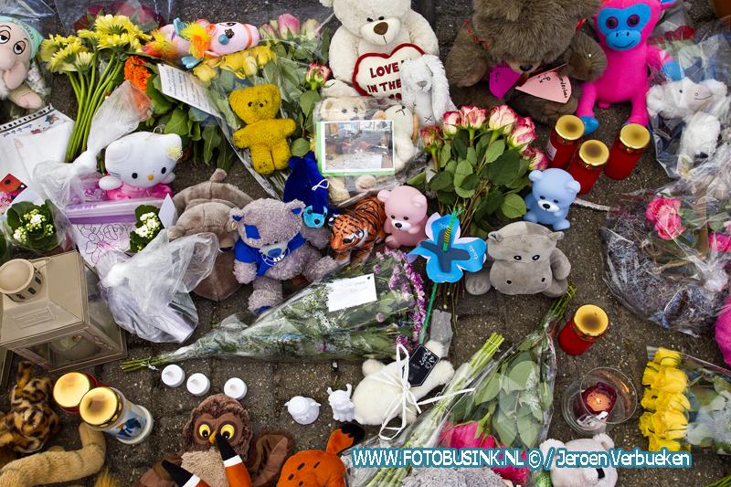 Vlaggen halfstok en enorm veel knuffels voor slachtoffers van het gezinsdrama in Papendrecht.