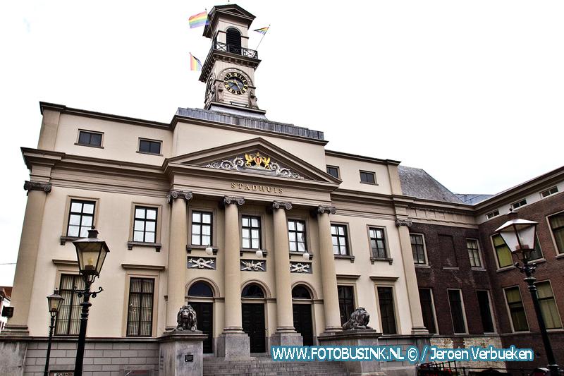 Peter Heijkoop hijst regenboogvlag op het Stadhuis ter ere van Coming out day.