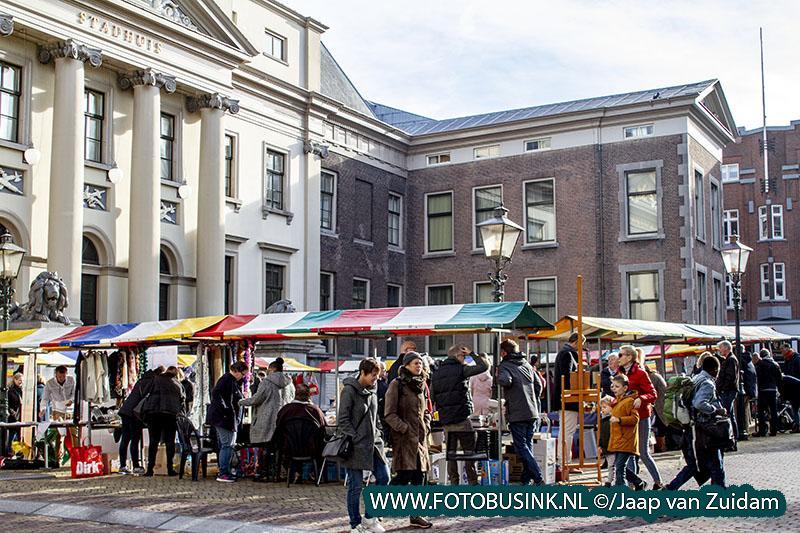 Burgemeester opent rommelmarkt tegen armoede