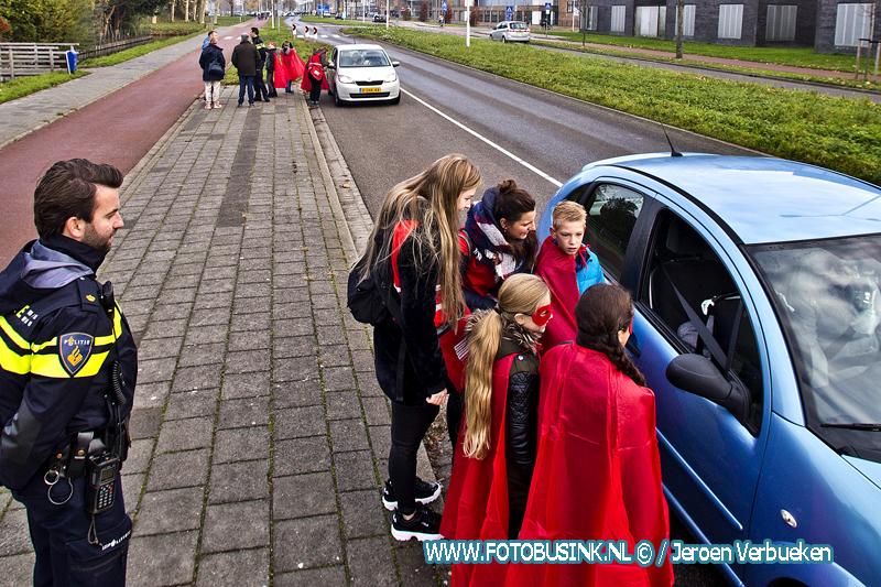 Leerlingen van OBS De Knotwilg uit Papendrecht houden oversteekcampagne.
