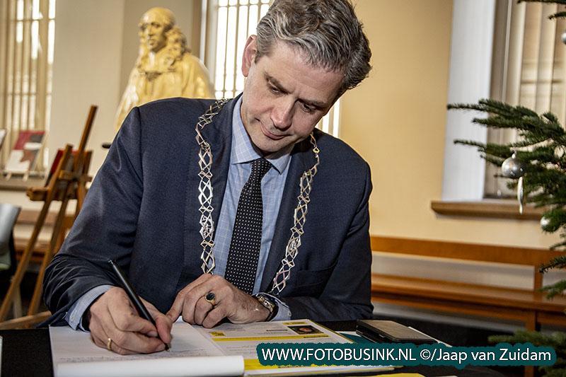 Burgemeester schrijft mee op schrijfmarathon Amnesty International
