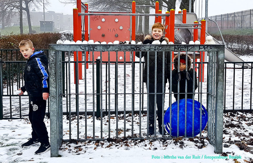 Dordtse kinderen al vroeg uit de veren voor de sneeuw.