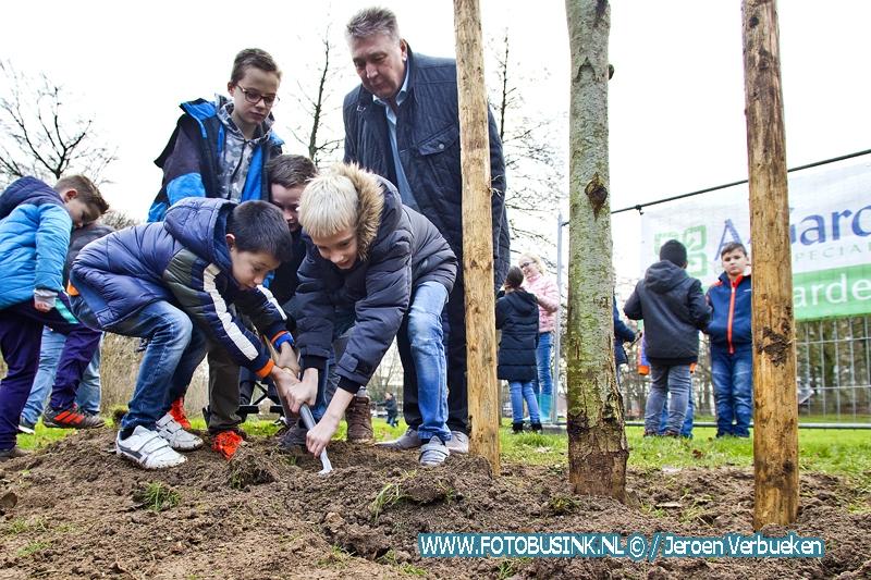Wethouder Marco Stam geeft startsein voor werkzaamheden nieuwe waterrijke speelplek in het Sterrenburgpark.