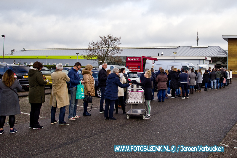 Lange wachtrijen voor oliebollenkraam aan de Langeweg in H.I/ Ambacht.