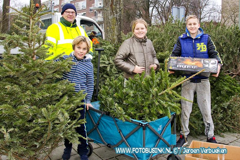 Kerstbomen en vuurwerk inleveren is voor de jeugd een lucratieve bezigheid.
