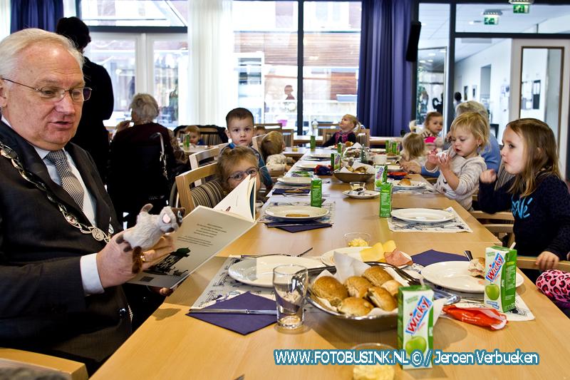 Burgemeester Molenlanden doet mee met Voorleesontbijt in Bleskensgraaf.