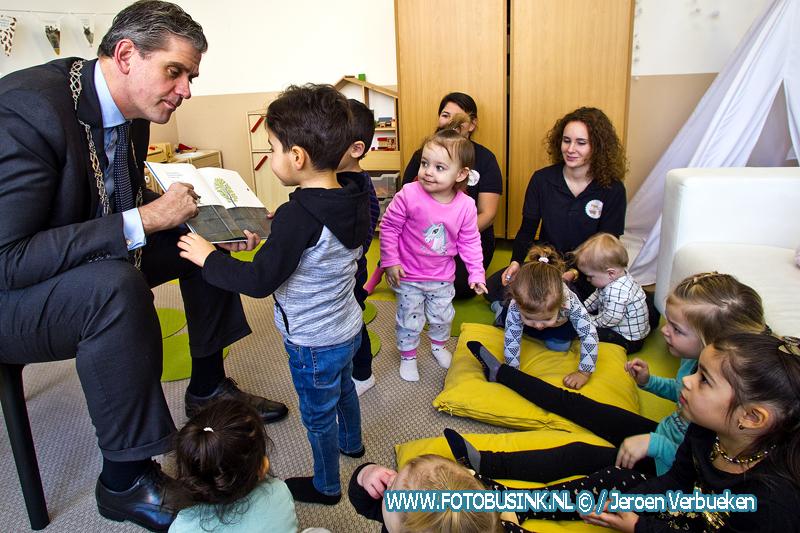 Burgemeester Dordrecht leest voor op KDV Pipoo.