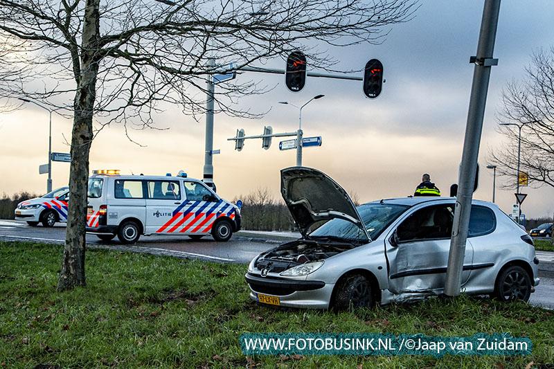 Auto vliegt uit de bocht in Hendrik Ido Ambacht