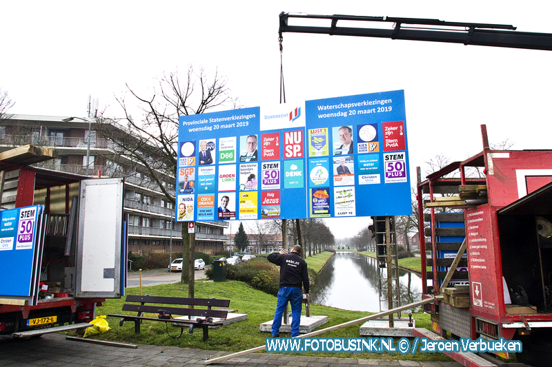 Verkiezingsbord in opbouw aan het Hugo de Grootplein in Dordrecht.