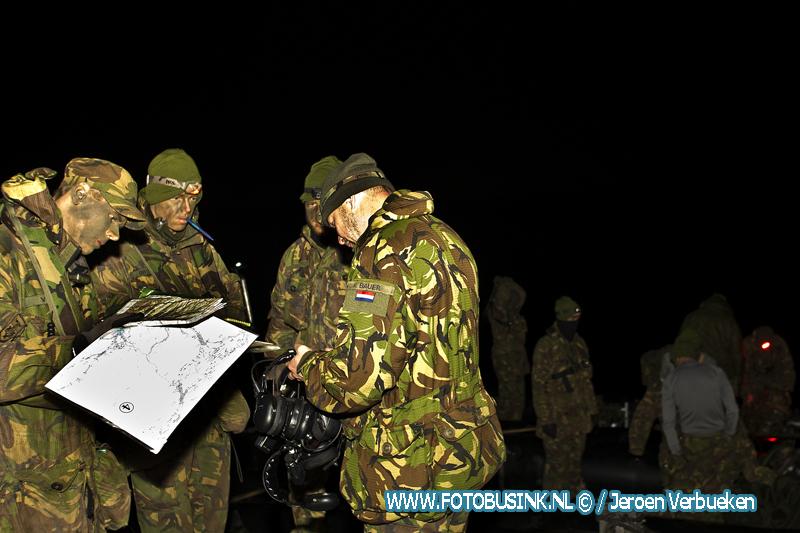 Militaire houden nachtelijke oefening in de Biesbosch.