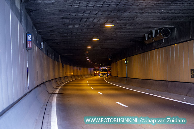 Vrachtwagen raakt wand Drechttunnel