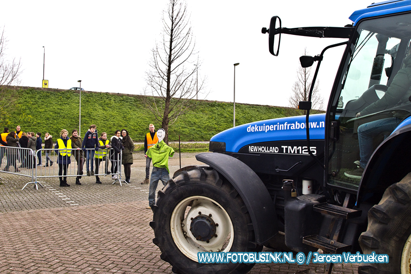 Leerlingen leren veilig omgaan in het verkeer met bijzondere landbouwvoertuigen.