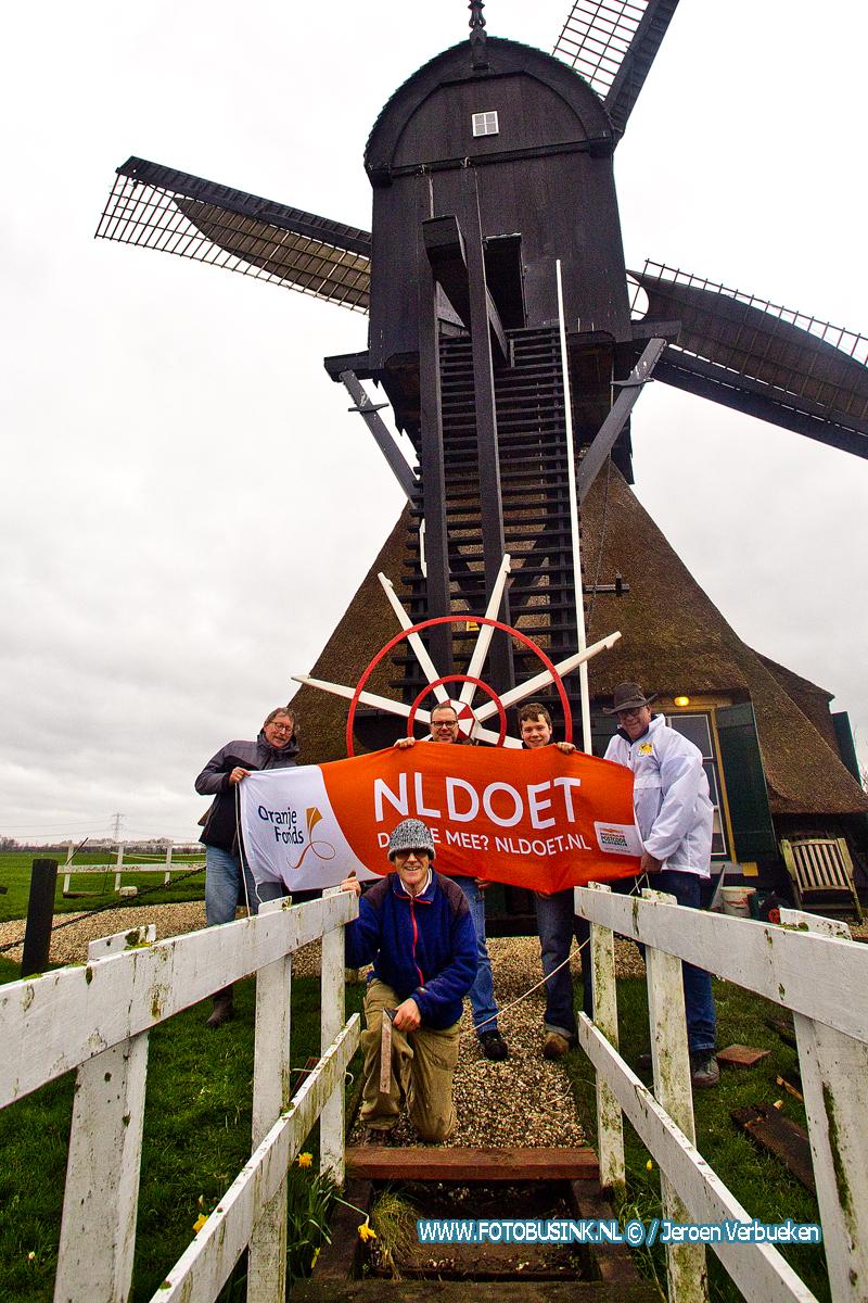 Vrijwilligers NL-doet klussen bij de Middelmolen te Molenaarsgraaf.