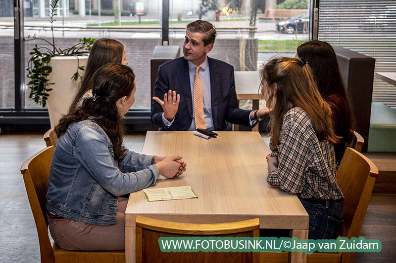Burgemeester Wouter Kolff stemt bij nieuwe stem locatie InHolland
