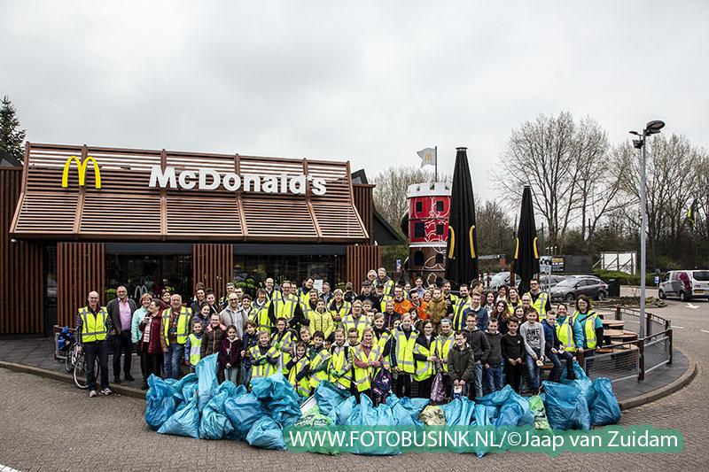 Vrijwilligers gaan de Plastic Guerrilla zwerfvuil in Alblasserdam te lijf