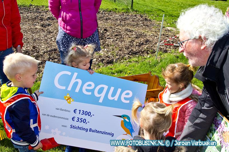 Kinderopvang Bambino overhandigt een cheque aan de mensen van het voedselbos.