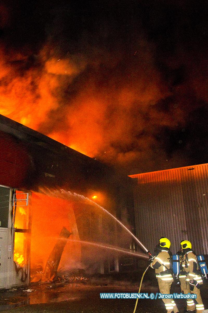 Uitslaande brand op industrieterrein in Dordrecht